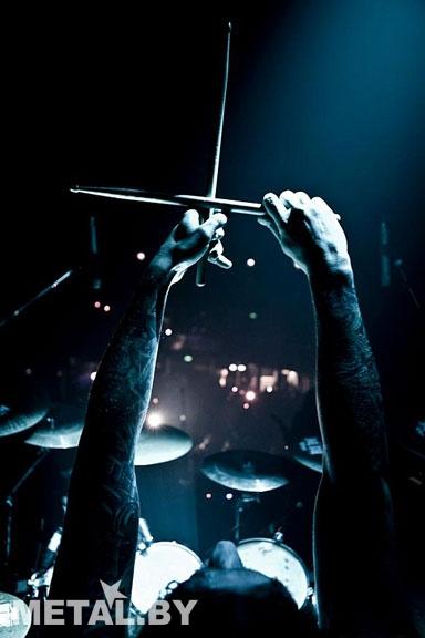 Барабанщик Behemoth палками показывает перевёрнутый крест