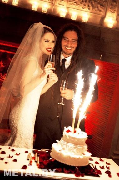 Гитарист Korn со своей женой Эвис Ксенети