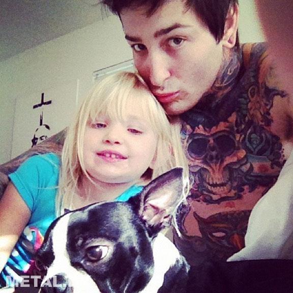 Митч Лакер со своей собакой и дочерью