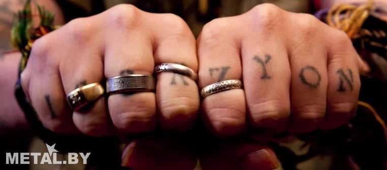 Татуировка имен сына и брата на костяшках рук